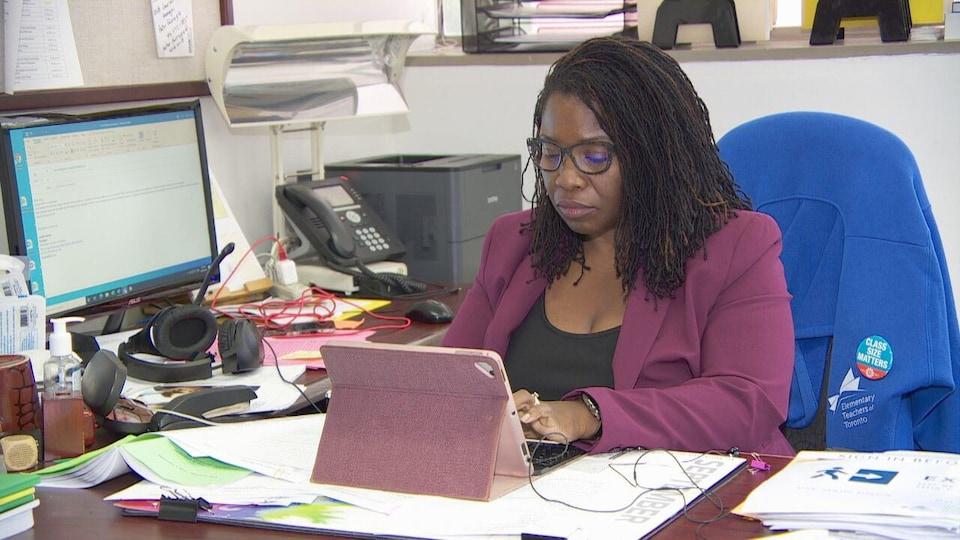 Jennifer Brown en entrevue dans son bureau.
