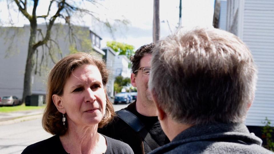 La cheffe du NPD fait du porte à porte à Saint-Jean, et parle aux citoyens qu'elle rencontre.