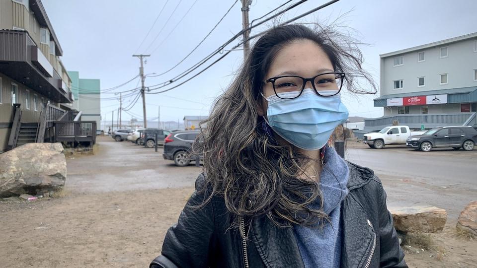 Jennifer Moore devant une rue d'Iqaluit.