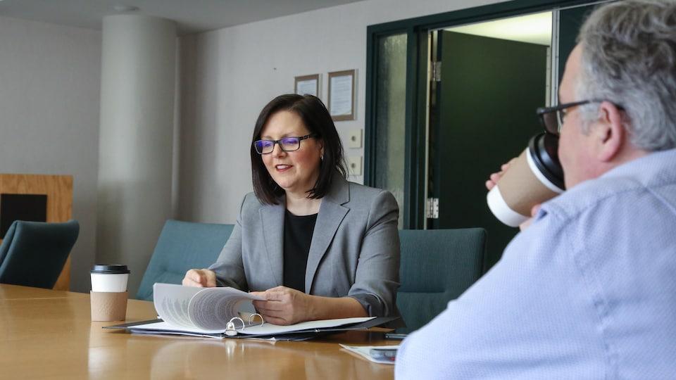 Jennifer Russell en réunion.