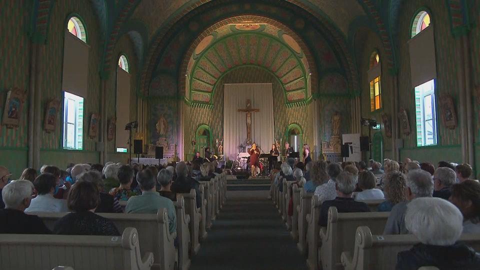 Une performance musicale dans une église bondée.