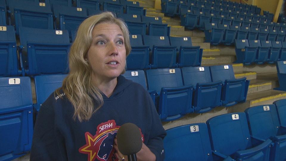 Jennifer Tower répond aux questions du journaliste.