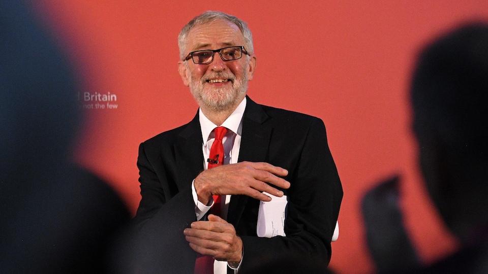 Jeremy Corbyn fait un discours devant une foule de dos.