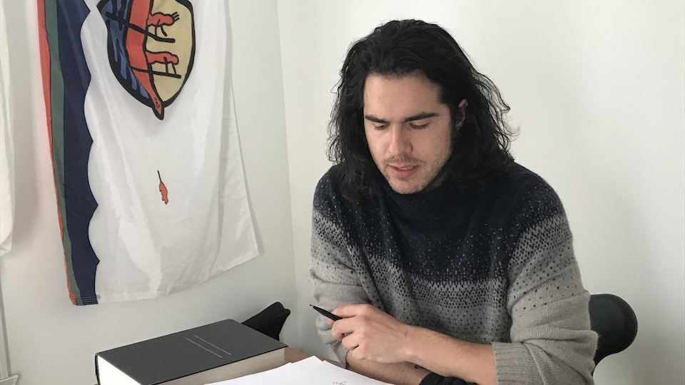 Un homme lit des textes en langue wolastoqey.