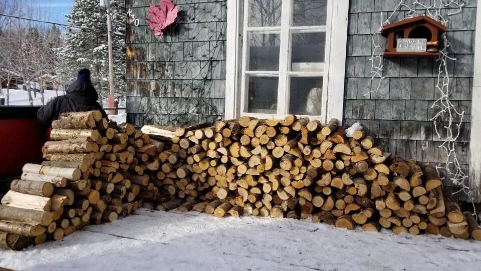 Une corde de bois étalé la long de la maison de Jérémy Wauquiez.