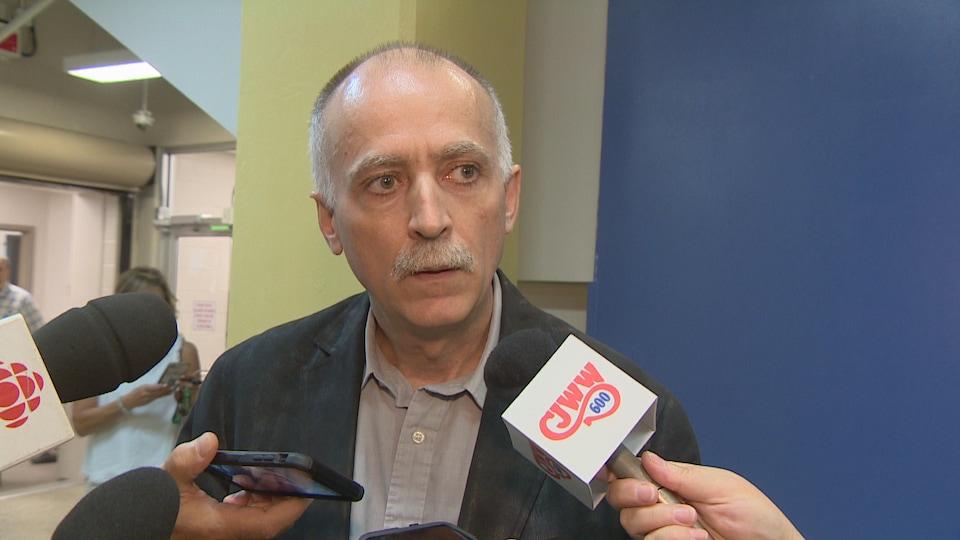 Jerome Hepfner répond aux questions des journalistes.
