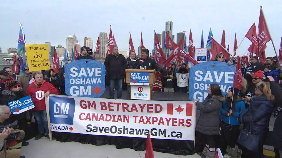 Jerry Dias, président du syndicat Unifor, parle aux manifestants rassemblés à Windsor.