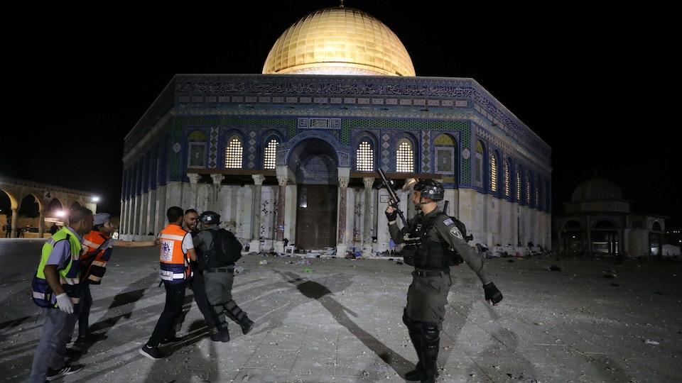 Police israélienne devant le dôme du Rocher.