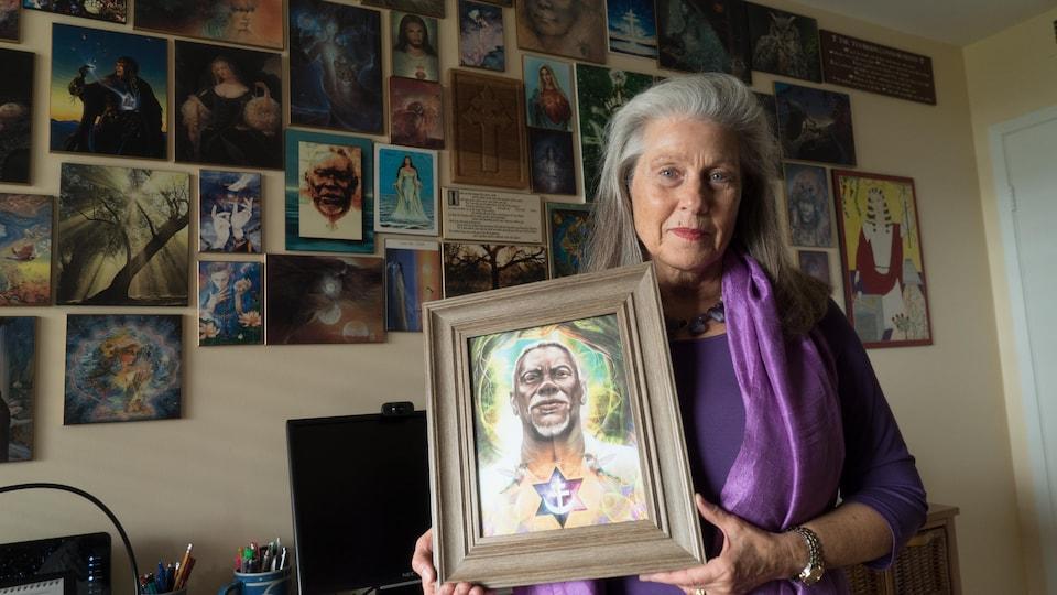 Jessica Rochester tient dans ses mains une photo du maître de la religion Santo Daime