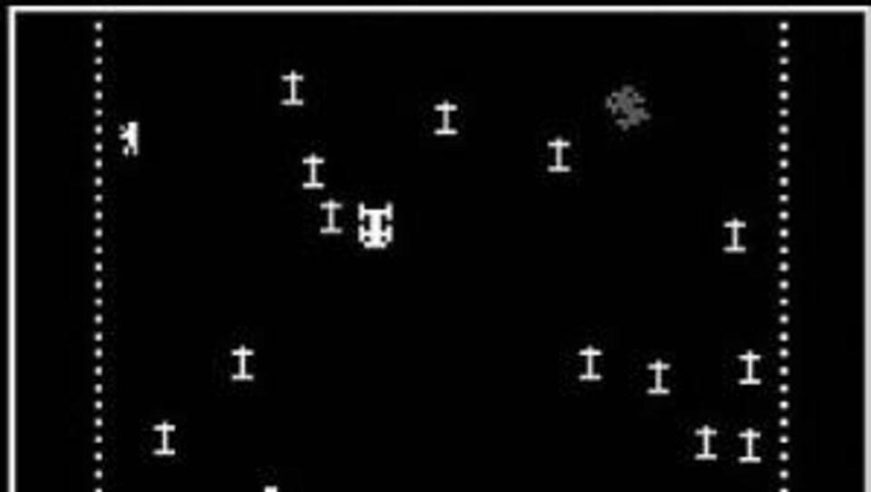 Une capture d'écran du jeu vidéo « Death Race », avec un graphisme très simple, en noir et blanc.