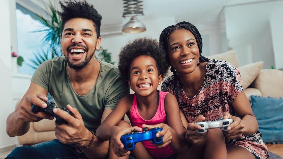 Une famille joue à un jeu vidéo.