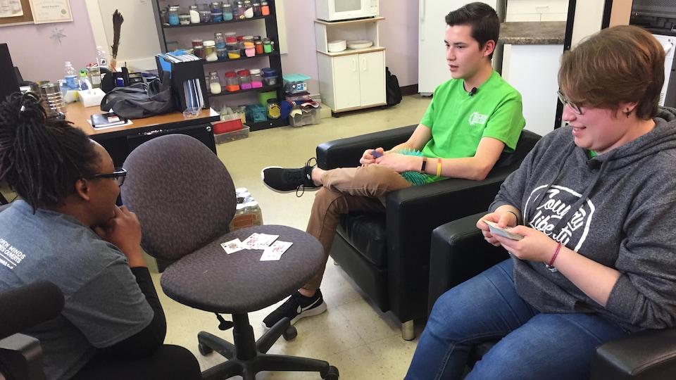 Kyla Clair, 23 ans, et Michael Hachey, 16 ans, discutent avec la clinicienne Theolyn Martin.