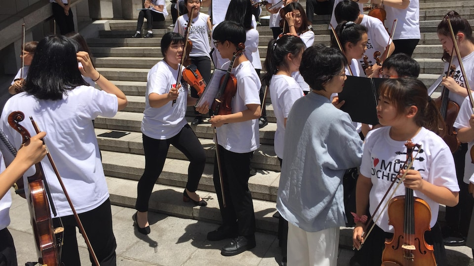 Des enfants avec des violons