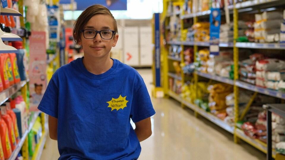 Un adolescent dans une épicerie.