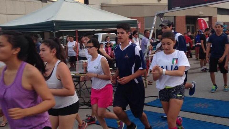 Des coureurs participent à une épreuve des Jeux autochtones interbandes 2015.