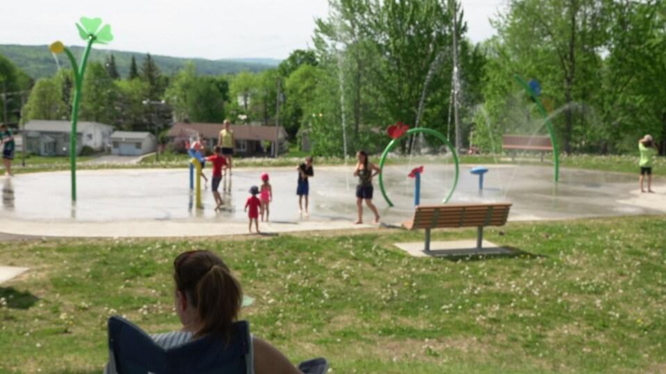 Des enfants dans un jeu d'eau.