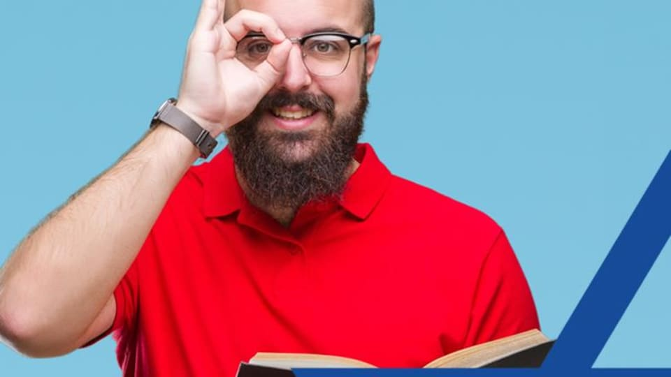 Un homme lisant un livre