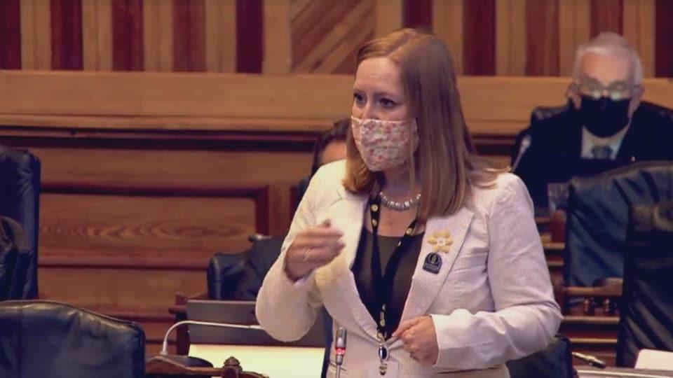 La ministre Jill Green en chambre, porte un masque.