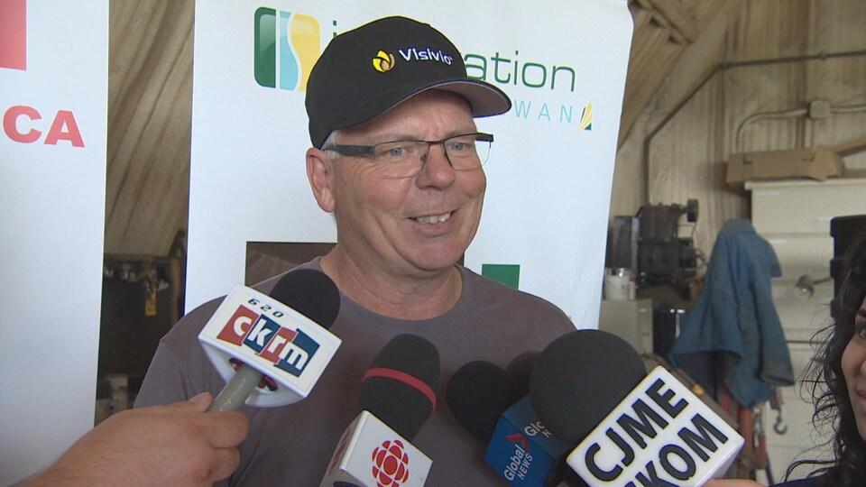 Jim Etter parle en entrevue devant la caméra.