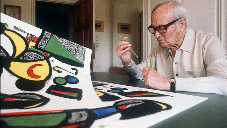 Joan Miró devant deux ces oeuvres. Il s'agit d'une photo d'archives.