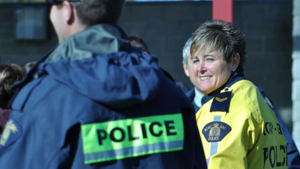 Mme Fraser vêtue d'un manteau aux couleurs de la GRC.