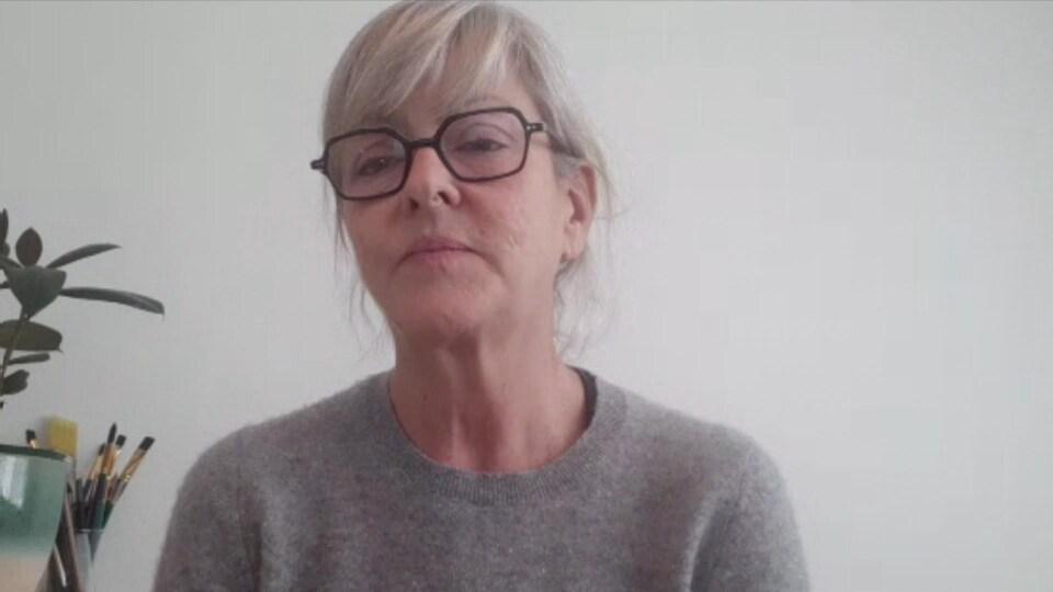Une femme portant des lunettes.