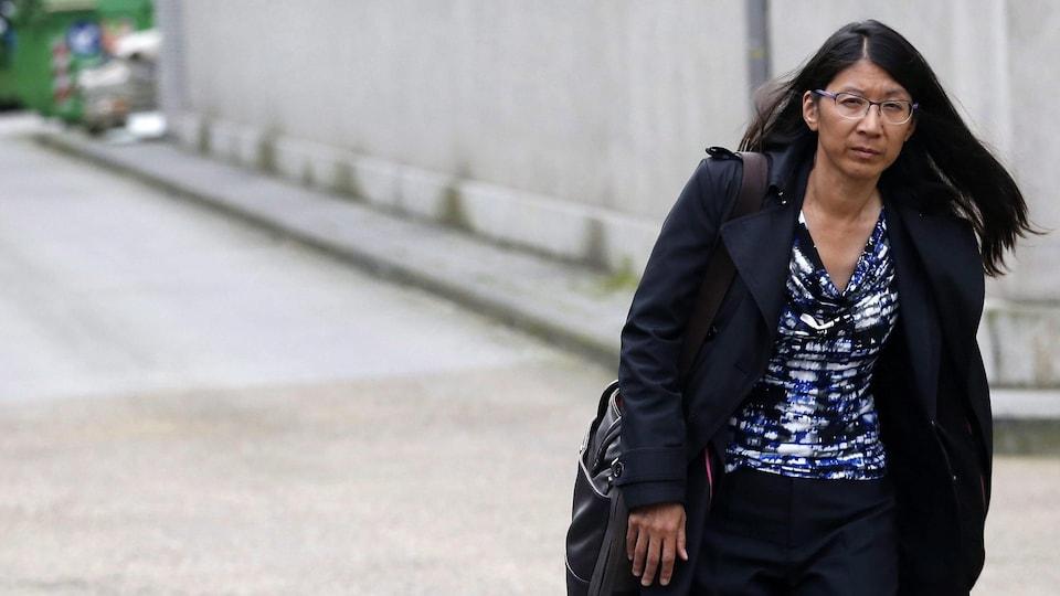 Joanne Liu marche dans une rue de Bruxelles.