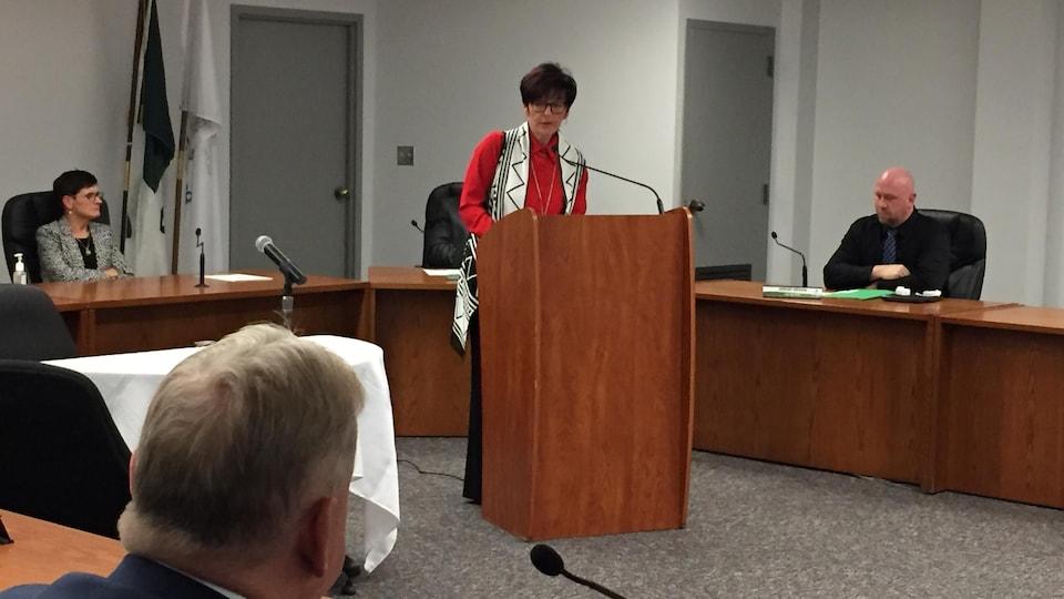 Au lutrin, Joanne Savage s'adresse aux membres du conseil et au public.