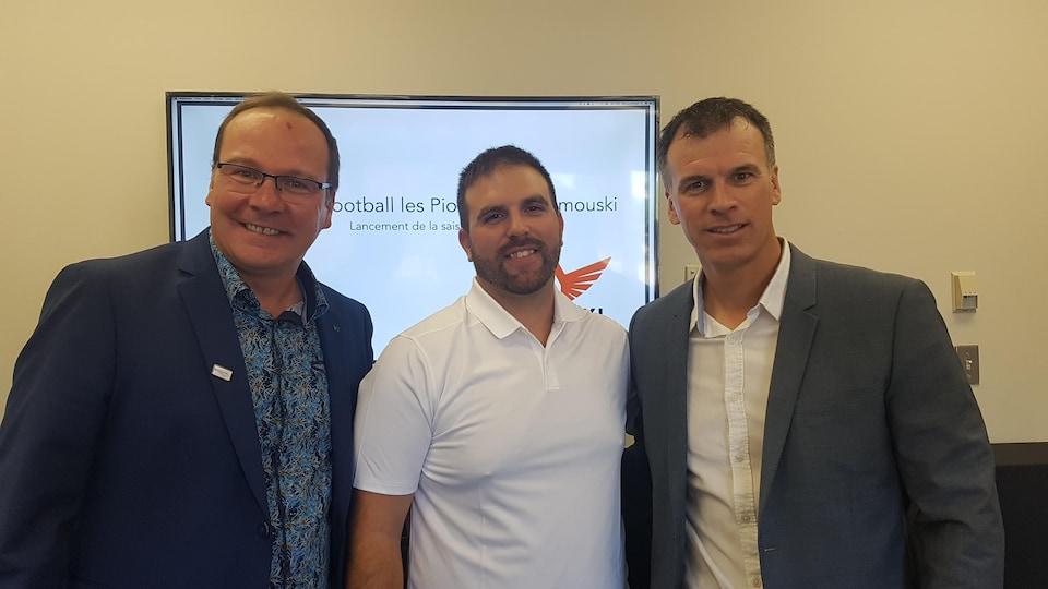 L'administrateur et responsable de l'animation des Pionniers football, Jocelyn Pelletier, l'entraîneur-chef Kevin Nichols et le président du conseil d'administration de l'équipe, David Castonguay.