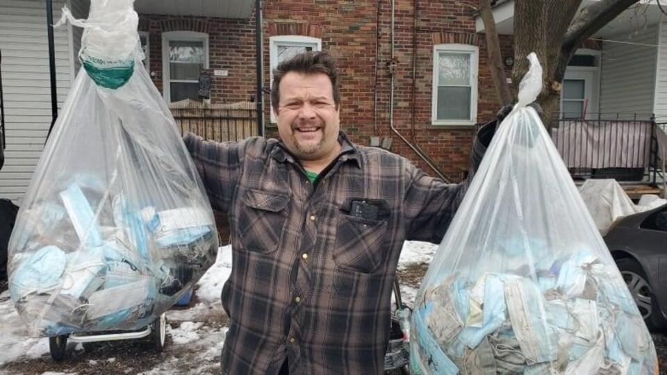 Jody Aveline avec deux sacs de poubelle.