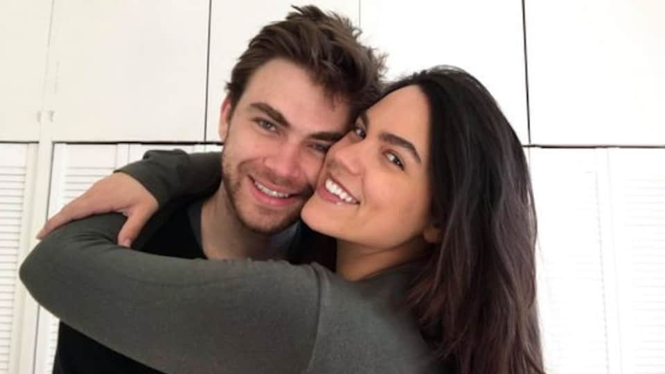 Un couple sourit.