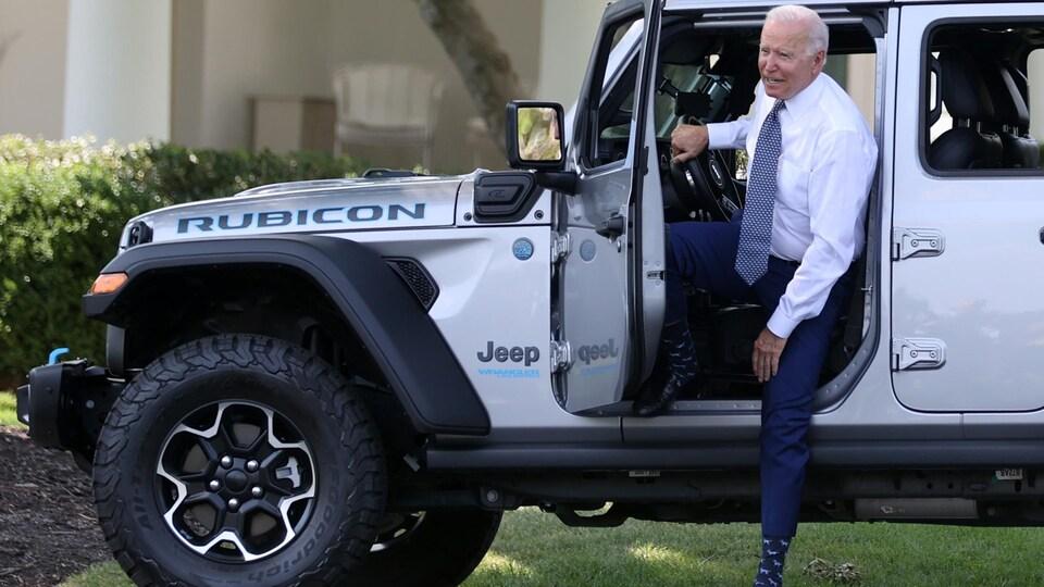 Le président Joe Biden dans une Jeep hybride rechargeable.