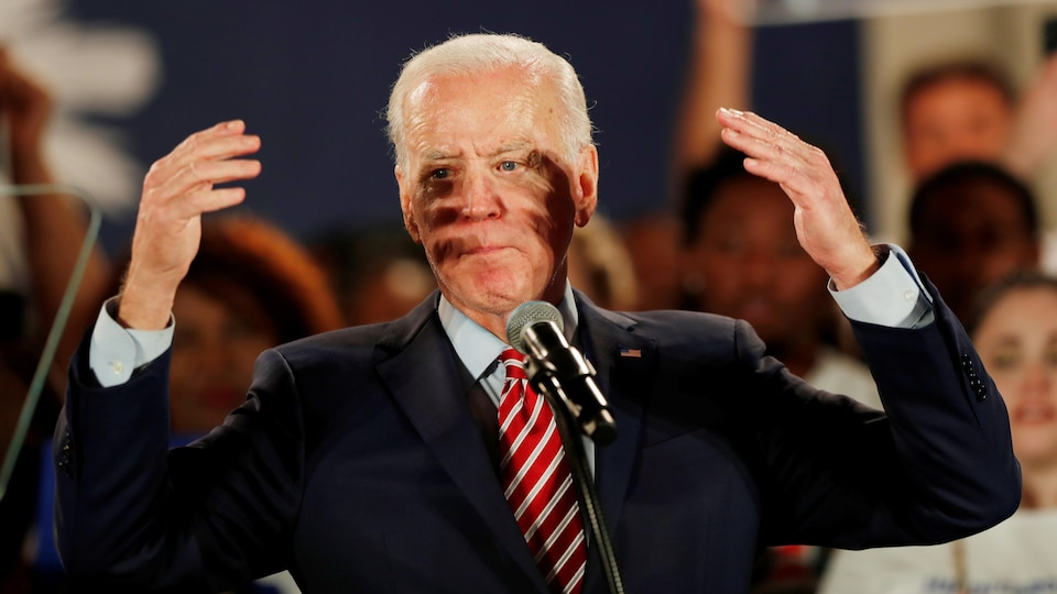 Joe Biden levant les bras