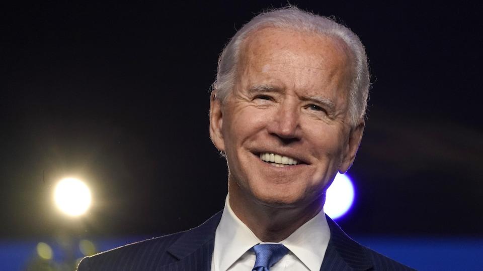 Gros plan sur le visage souriant de Joe Biden.