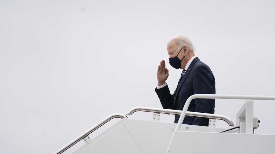 Le président américain Joe Biden sort de l'appareil Air Force One à Philadelphie, le 16 mars 2021.