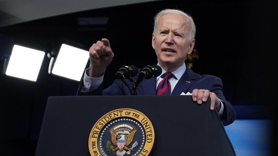 Joe Biden, dans une salle de conférence, prononce une allocution.