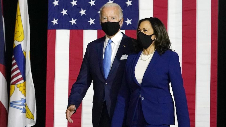 Joe Biden et Kamala Harris marchent ensemble avec des masques.