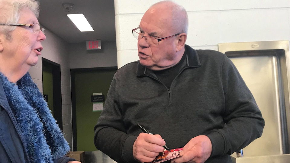 Joe Daley signe un autographe et discute avec une partisane.
