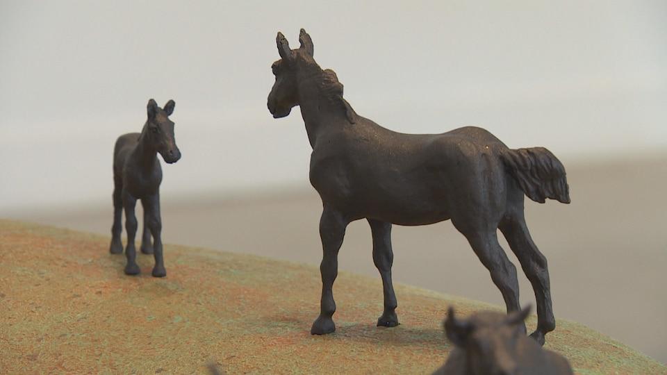 Deux chevaux en bronze un face à l'autre