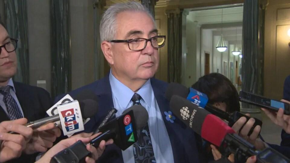 Le ministre Joe Hargave répond aux questions des journalistes lors d'une mêlée de presse.