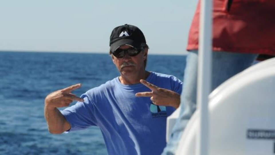 Joe Howlett sur un bateau.