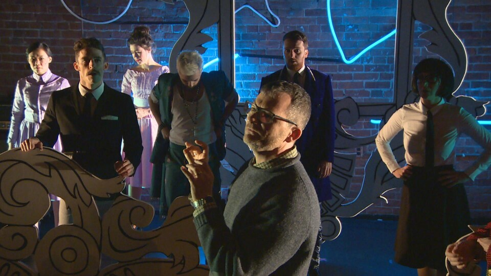 Joël Beddows avec les huit comédiens de la pièce durant une répétition