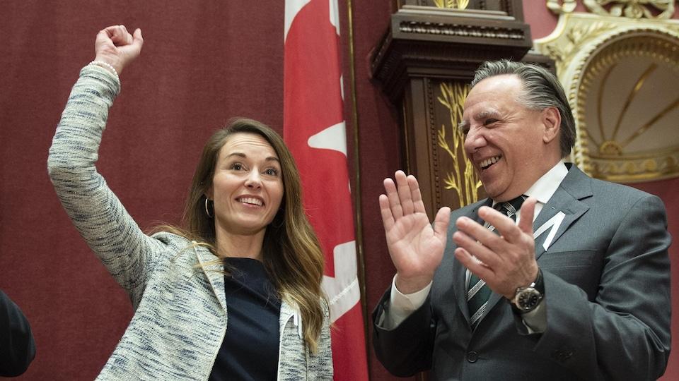 La nouvelle députée de Jean-Talon lève le poing en signe de victoire au Salon rouge aux côtés du premier ministre François Legault.