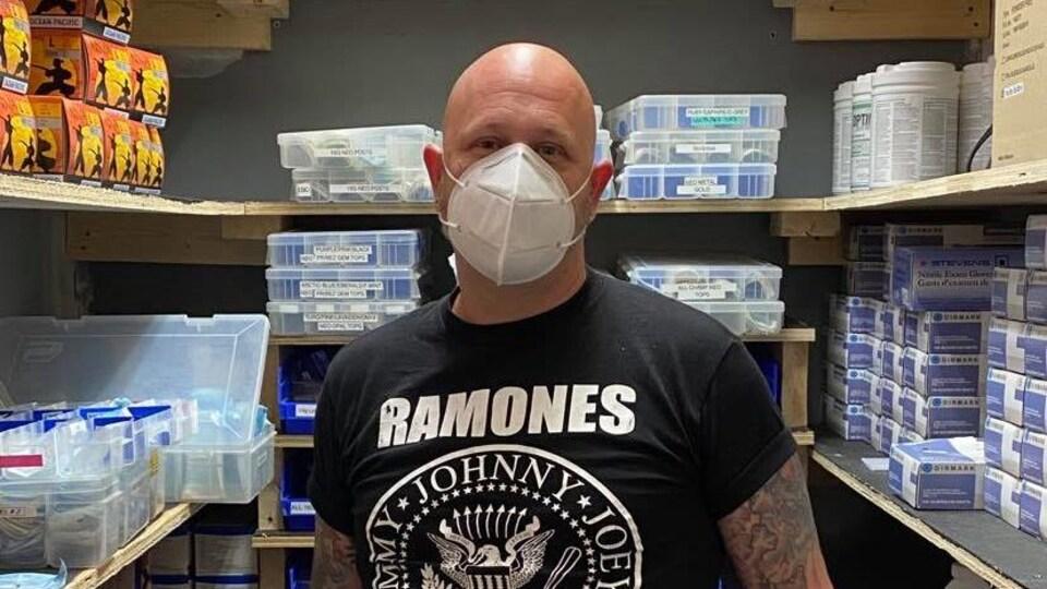 Joey Nixon se situe dans une salle consacrée aux produits nettoyants et aux produits désinfectants.