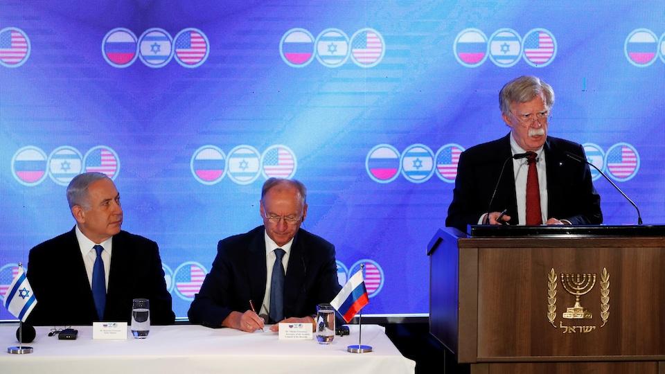 Le premier ministre israélien Benyamin Nétanyahou et le secrétaire du Conseil de sécurité russe Nikolai Patrushev écoutent le conseiller américain pour la sécurité nationale John Bolton lors de l'ouverture d'une réunion trilatérale entre Bolton, Patrushev et Meir Ben-Shabbat à Jérusalem le 25 juin 2019.