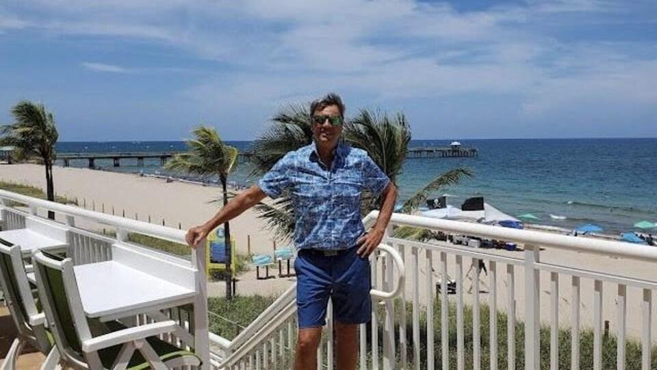 John Boutin devant une plage.