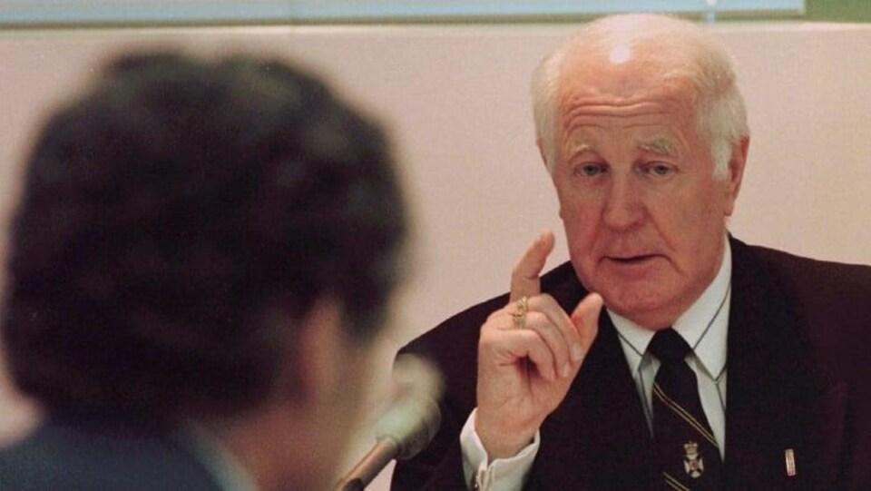 Un politicien qui discute devant un micro