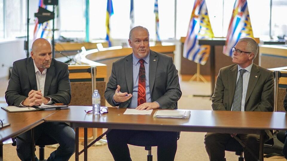 Le premier ministre de la Colombie-Britannique tient une réunion.