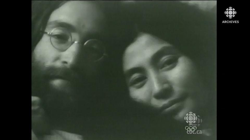 Gros plan des visages de John Lennon et de Yoko Ono.