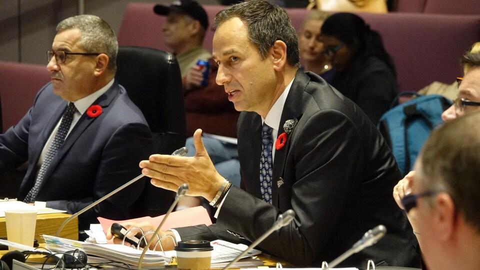 M. Manconi fait le point sur le train léger à la table du conseil.